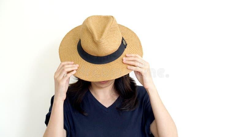 在帽子后的亚洲妇女皮面孔 内向和反社会conce 免版税图库摄影