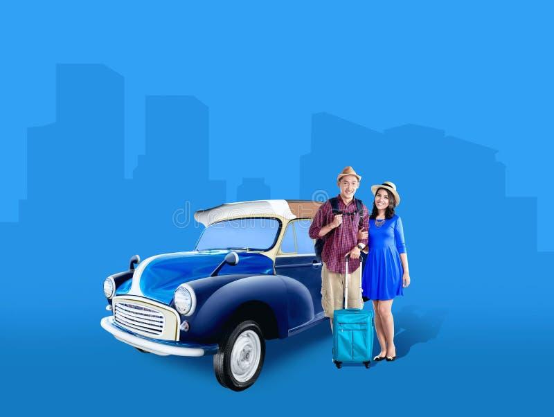 在帽子的亚洲夫妇有手提箱在汽车旁边的袋子和背包身分的 免版税图库摄影