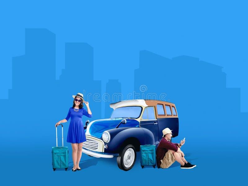 在帽子的亚洲夫妇有放松在汽车旁边的手提箱袋子的 免版税库存图片