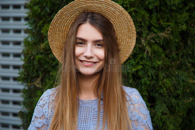 在帽子的凉快的行家妇女夏天画象 免版税库存照片