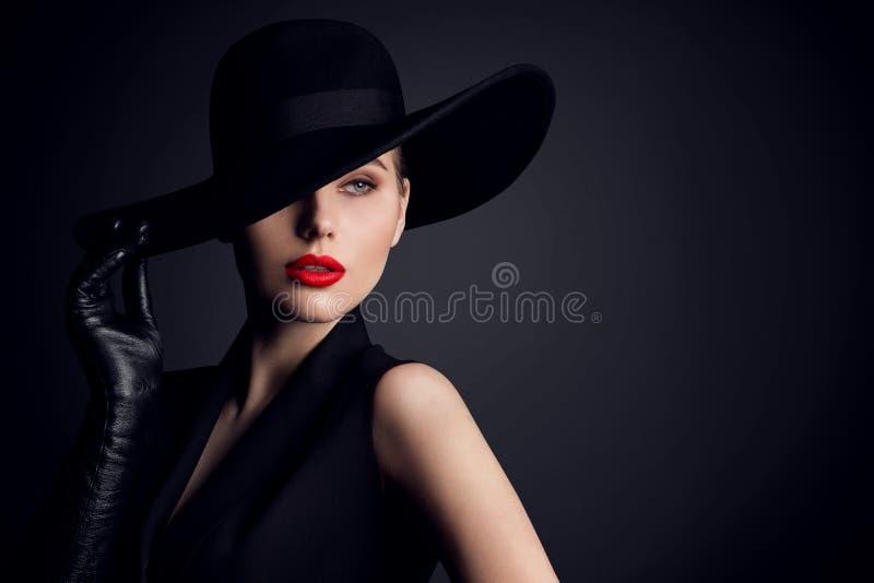 在帽子,在黑色的典雅的时装模特儿减速火箭的样式画象的妇女秀丽 免版税库存图片
