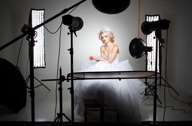在幕后显示光的专业摄影演播室 免版税库存照片
