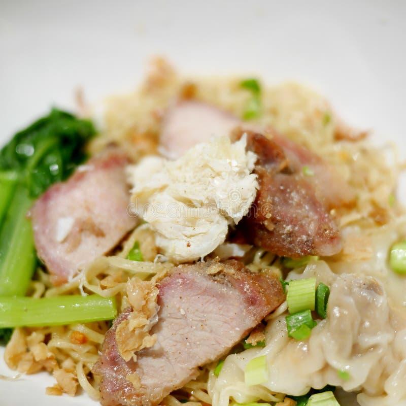 在干中国鸡蛋面的蟹肉用烤红色猪肉 库存图片