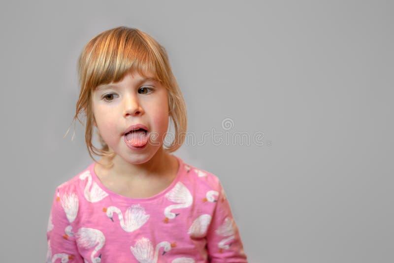 在干净的背景的学龄前女孩演播室画象 库存照片