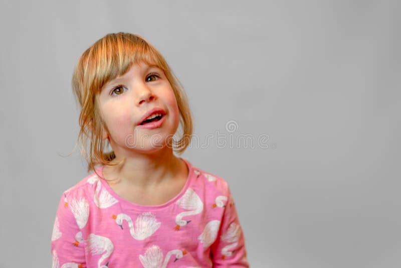 在干净的背景的学龄前女孩演播室画象 免版税库存照片