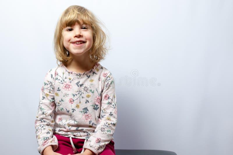 在干净的背景的学龄前女孩演播室画象 免版税图库摄影