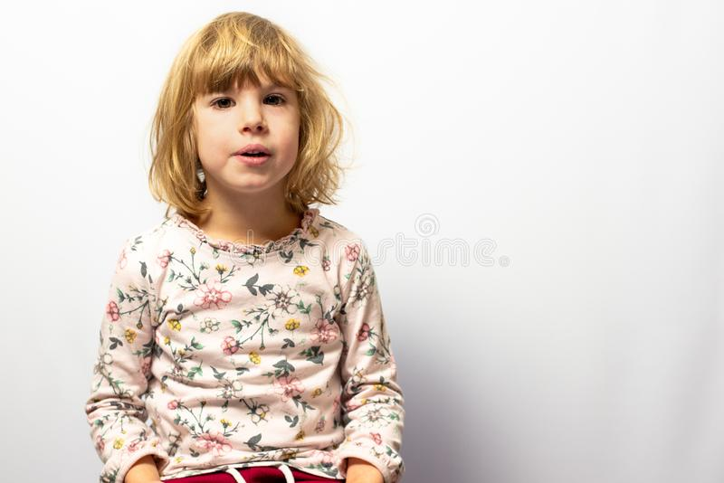 在干净的背景的学龄前女孩演播室画象 库存图片