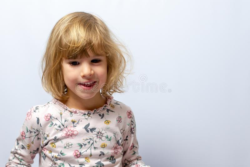 在干净的背景的学龄前女孩演播室画象 免版税库存图片