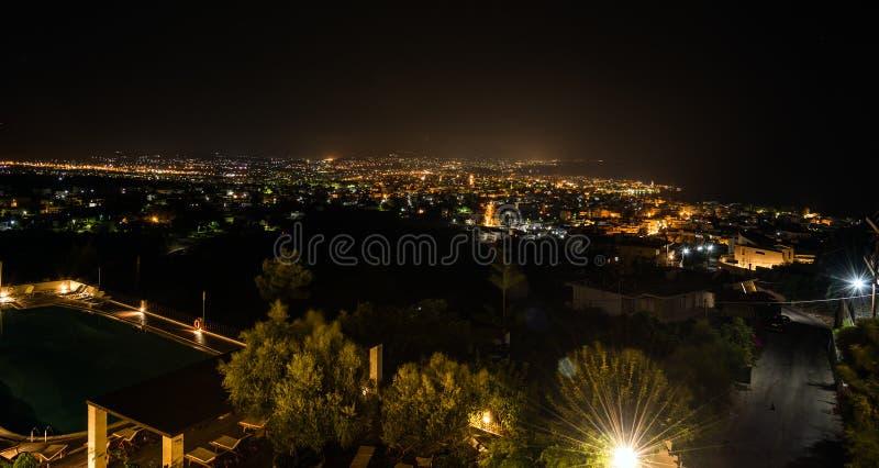 在干尼亚州市全景的夜视图在克利特海岛上的 免版税库存照片