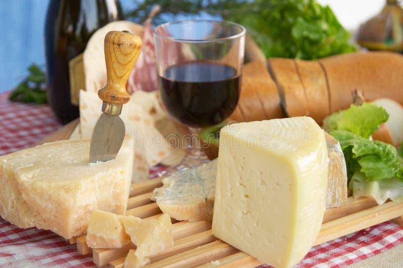 在干酪戈贡佐拉巴马干酪pecorino酒上添面包 库存图片