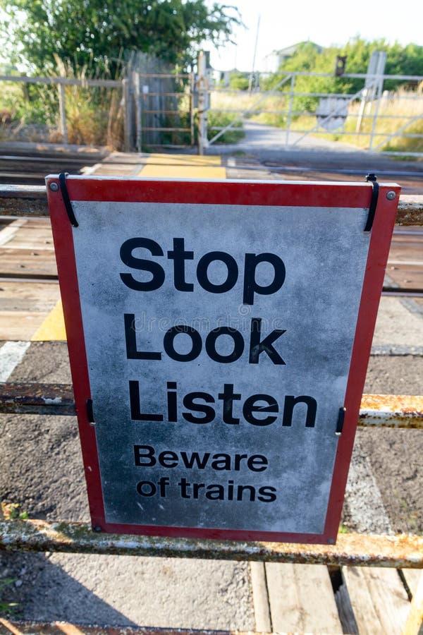 在平交路口潜在的危险的警告步行者和司机的警报信号从火车威勒尔2013年7月的 免版税库存图片