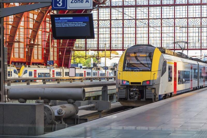 在平台的火车 免版税库存图片