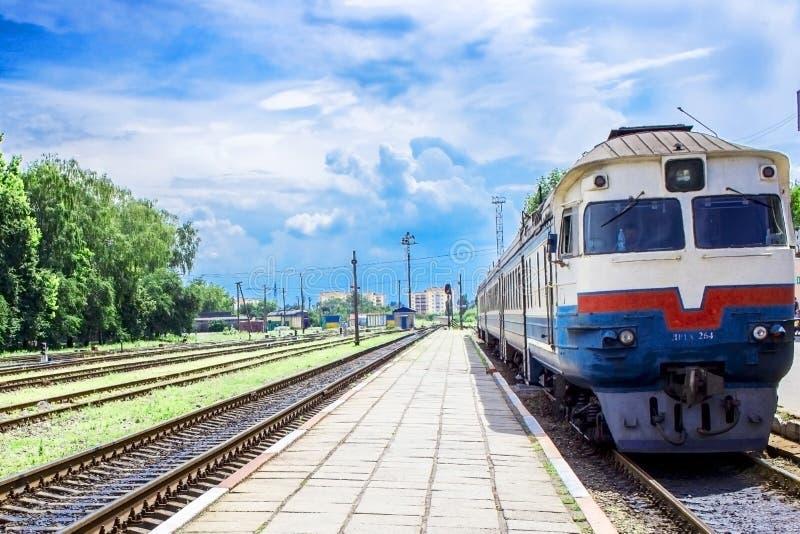 在平台的火车 免版税库存照片