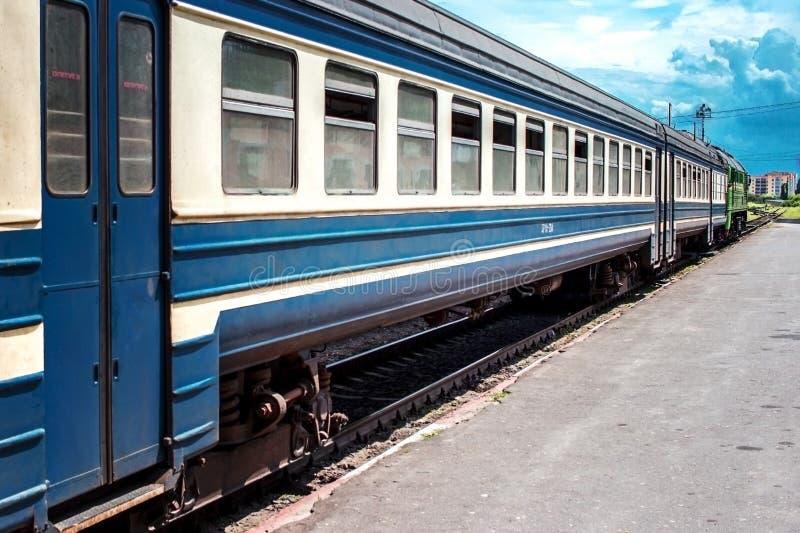 在平台的火车 库存照片