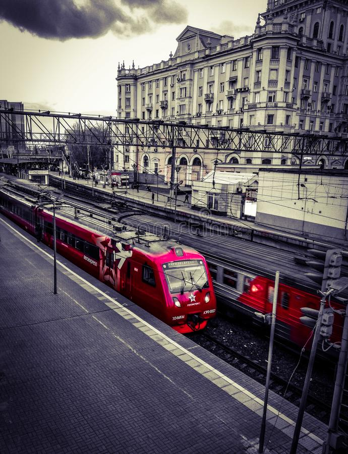 在平台的红色火车 免版税库存图片