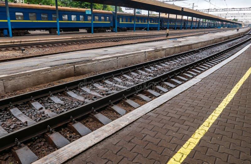 在平台附近的铁路路轨在驻地 免版税图库摄影