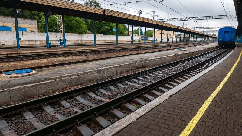 在平台附近的铁路路轨在驻地 图库摄影