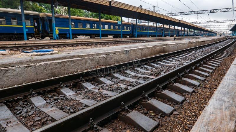 在平台附近的铁路路轨在驻地 免版税库存照片