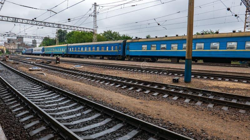 在平台附近的铁路路轨在驻地 免版税库存图片
