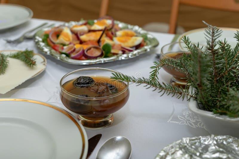 在平安夜桌上的鲜美蜜饯 为平安夜晚饭准备的盘 免版税库存图片