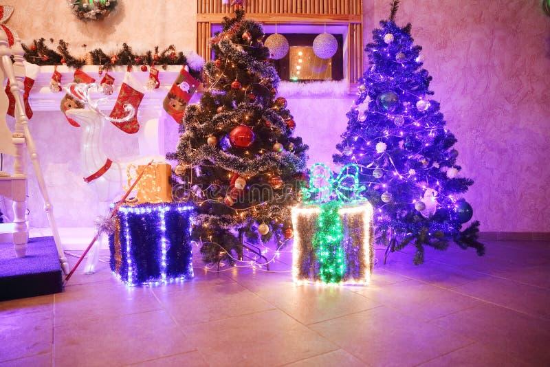 在平安夜的儿童的假日装饰的舒适客厅 图库摄影