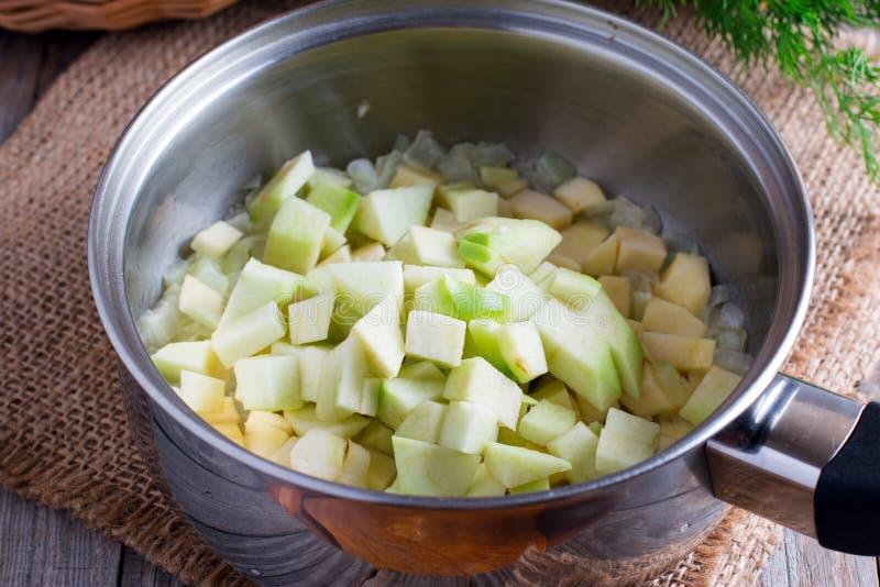 在平底深锅的切的苹果 免版税图库摄影
