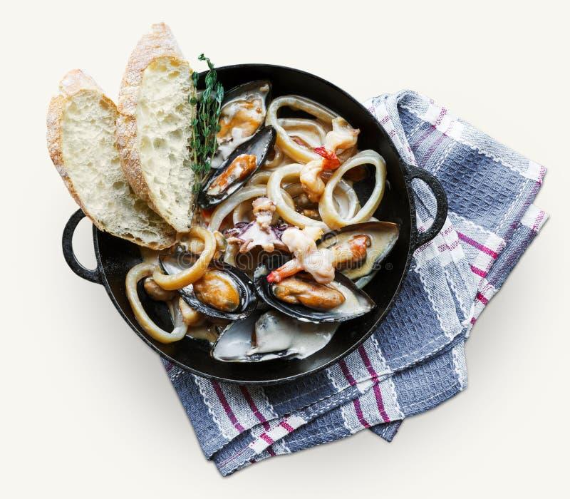 在平底深锅的海鲜炖煮的食物在白色背景 免版税库存照片