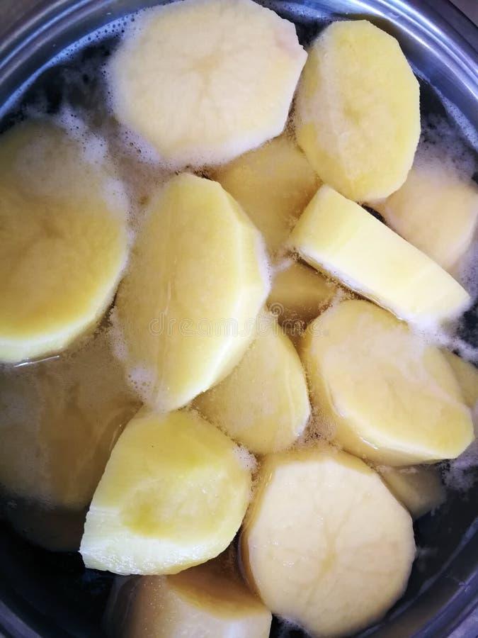 在平底深锅的被剥皮的土豆 免版税库存图片
