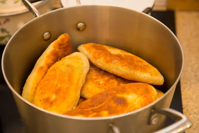 在平底深锅的鲜美热的红润开胃自创饼在火炉 免版税库存照片