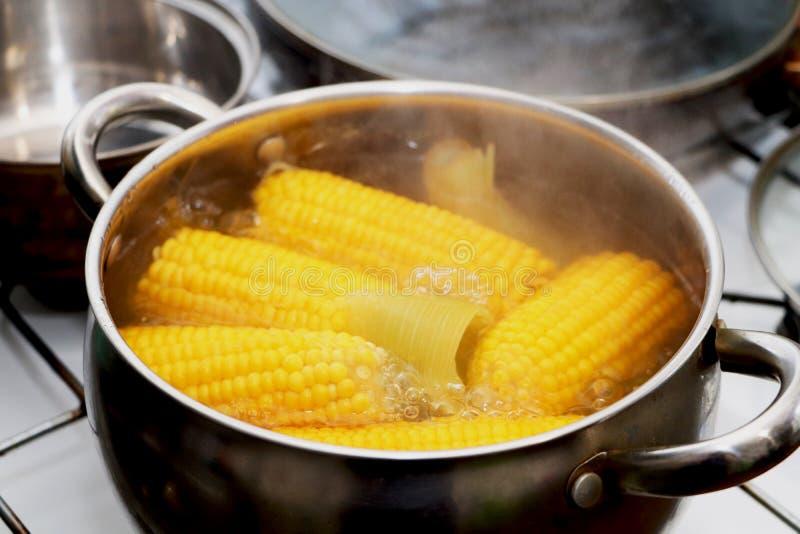 在平底深锅的黄色玉米炖煮的食物 调味的晚餐 免版税库存照片