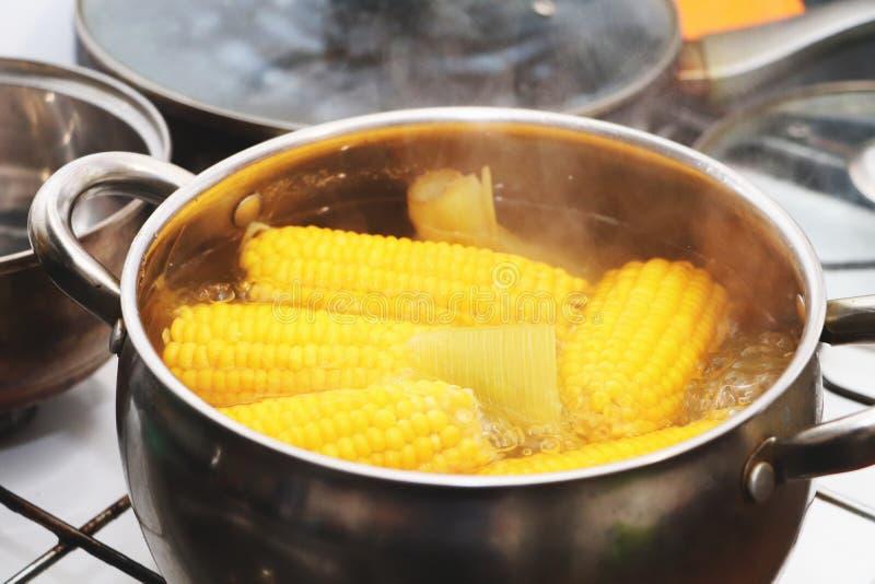在平底深锅的黄色玉米炖煮的食物 调味的晚餐 图库摄影