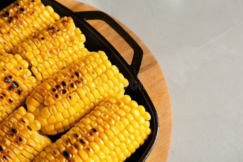 在平底锅和空间的新鲜的烤鲜美玉米棒子文本的 免版税库存照片