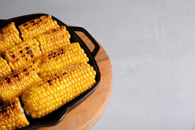 在平底锅和空间的新鲜的烤鲜美玉米棒子文本的 库存图片