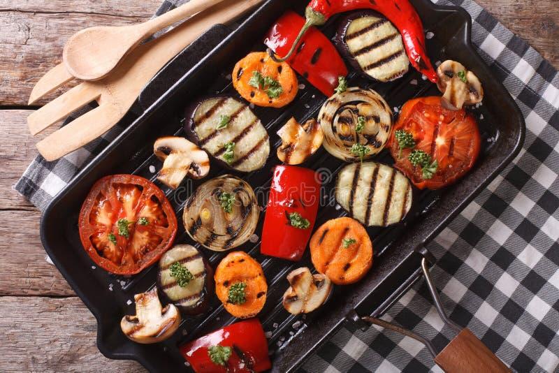 在平底锅格栅的烤菜特写镜头 水平的顶视图 免版税图库摄影