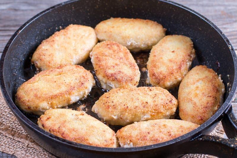 在平底锅油煎的炸肉排,特写镜头 库存图片