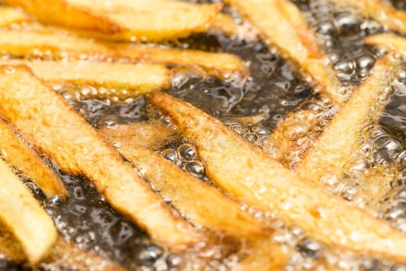 在平底锅油煎的炸薯条 免版税图库摄影