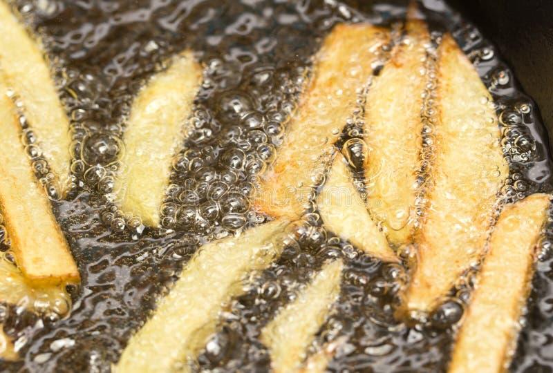 在平底锅油煎的炸薯条 库存图片
