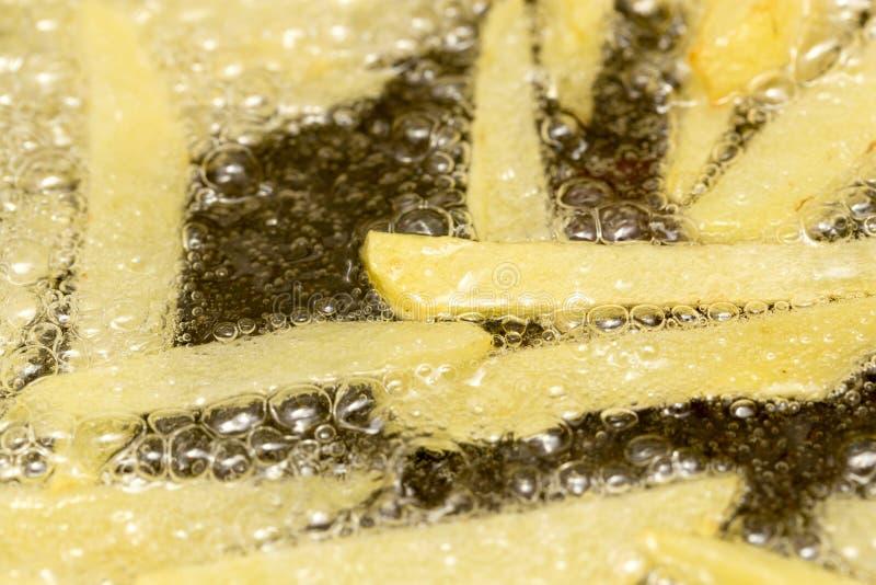 在平底锅油煎的炸薯条 库存照片
