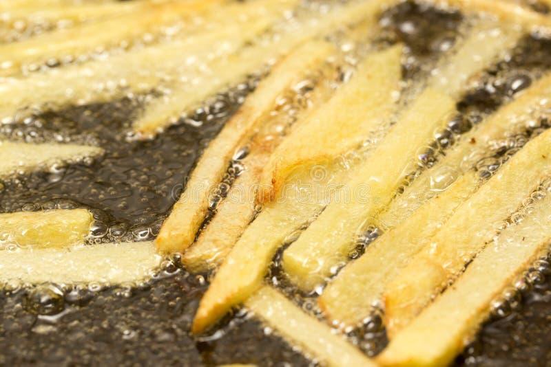 在平底锅油煎的炸薯条 免版税库存照片