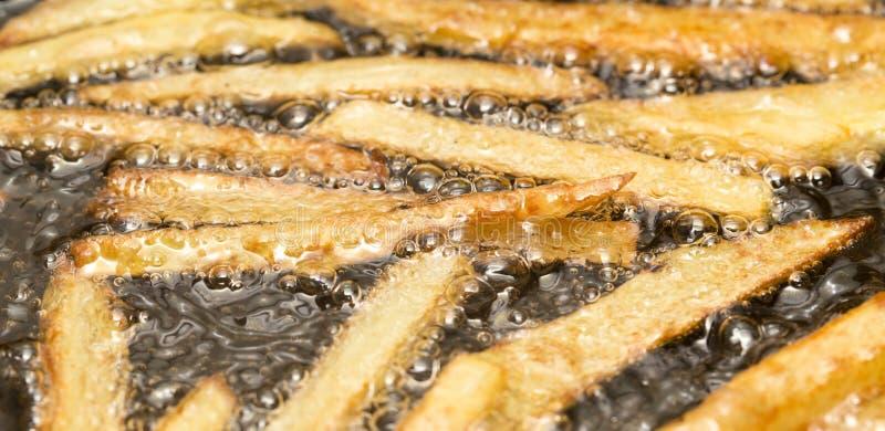 在平底锅油煎的炸薯条 免版税库存图片