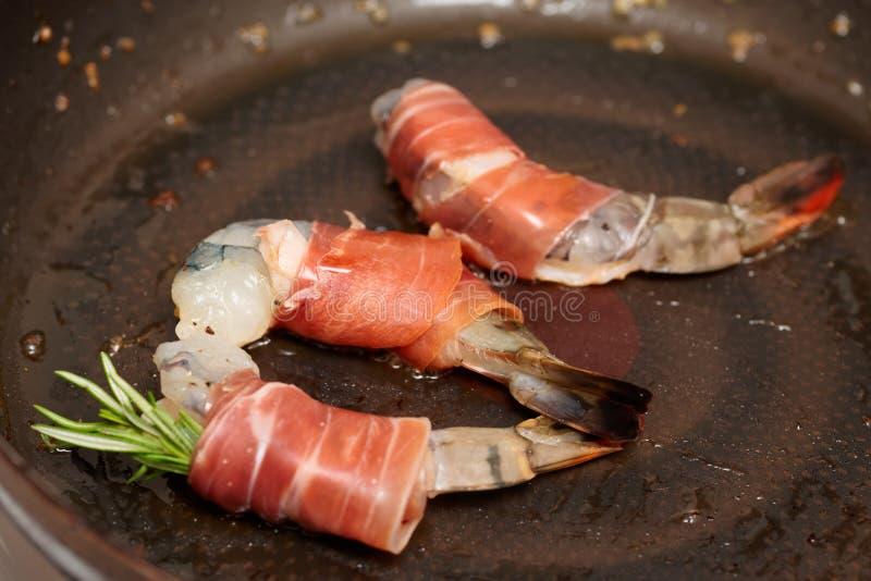 在平底锅油煎的虾 免版税库存图片