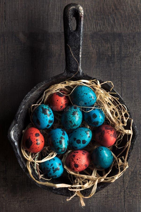 在平底锅的五颜六色的复活节彩蛋 免版税库存照片