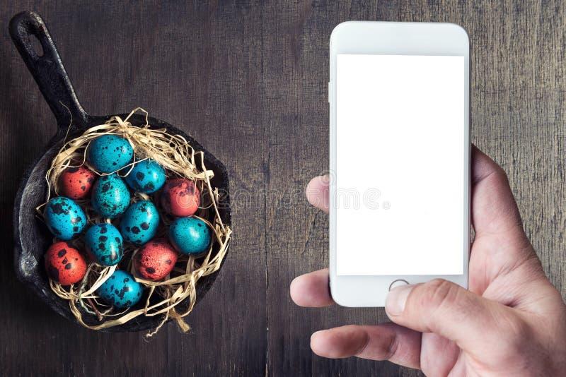 在平底锅的五颜六色的复活节彩蛋 库存照片