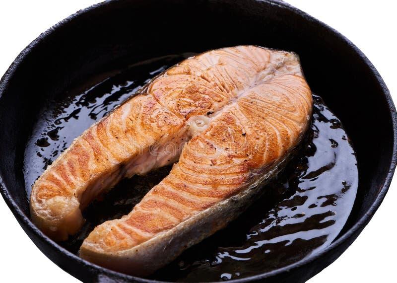 在平底锅的敬酒的鲑鱼排 免版税库存照片