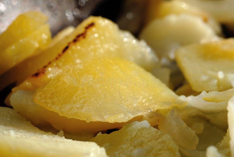 在平底锅的新近地油煎的土豆 浅深度的域 免版税库存照片
