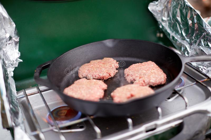 在平底锅的未加工的绞细牛肉汉堡小馅饼 库存图片