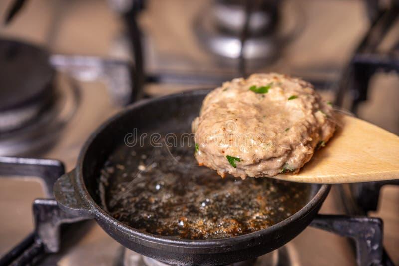 在平底锅的油炸物炸肉排 图库摄影