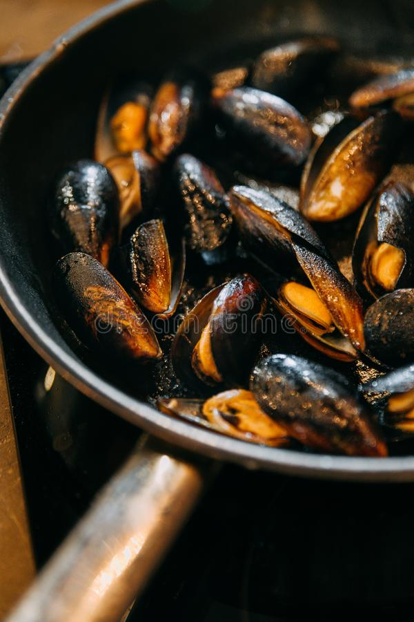 在平底锅的油煎的淡菜 免版税库存照片