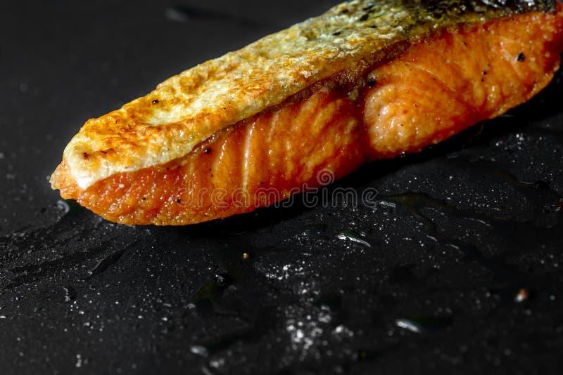 在平底锅的油煎的鲑鱼排 免版税库存照片