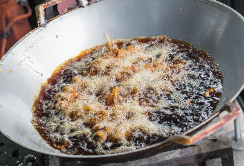 在平底锅的炸鸡 免版税图库摄影